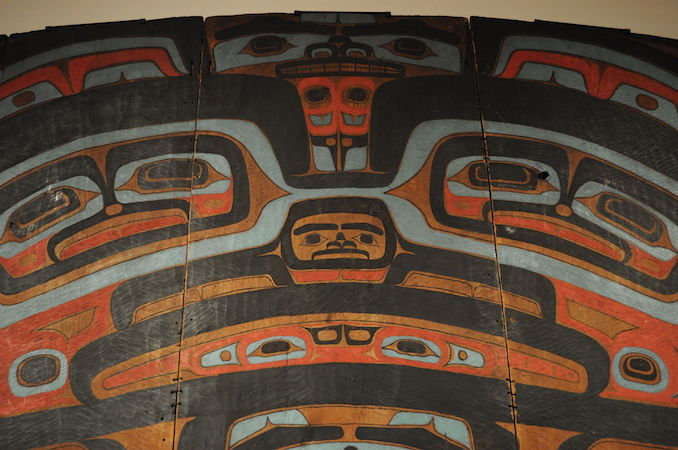 Tlingit Raven Screen or Yéil X'eenh (detail), attributed to Kadyisdu.axch', Tlingit, Kiks.ádi clan, active late 18th – early 19th century (Photo: Joe Mabel, CC BY-SA 3.0)