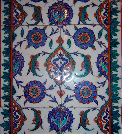 "Iznik tiles in the Selimiye Mosque, Edirne (photo: Orhan Bilgin ""Zargan"" CC BY-SA 3.0) https://commons.wikimedia.org/wiki/File:Iznik_tiles_in_Selimiye_Mosque.JPG"