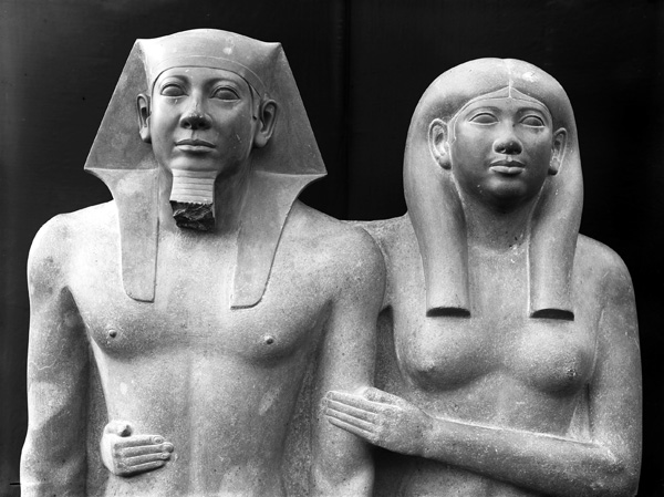 Heads and torsos(detail), King Menkaure (Mycerinus) and queen, 2490–2472 B.C.E., greywacke, 142.2 x 57.1 x 55.2 cm (Museum of Fine Arts, Boston), photo: 1910 (The Giza Archives)