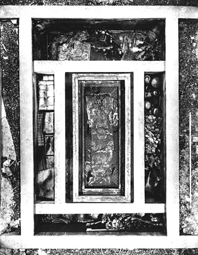 Wooden outer coffin within the central coffin chamber surrounded by four side boxes, tomb 1,672 x 488 x 280 cm