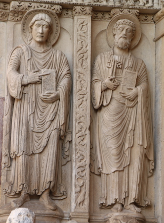 St. John (left) and St. Peter (right), facade, Saint Trophime (photo: kristobalite, CC BY-NC-ND 2.0)