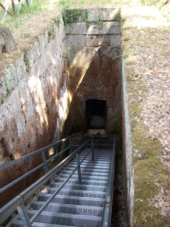 Entrance (dromos), Tomb of the Reliefs, late 4th-early 3rd century B.C.E., Necropolis of Banditaccia (Cerveteri), Italy (photo, CC BY-SA 3.0)