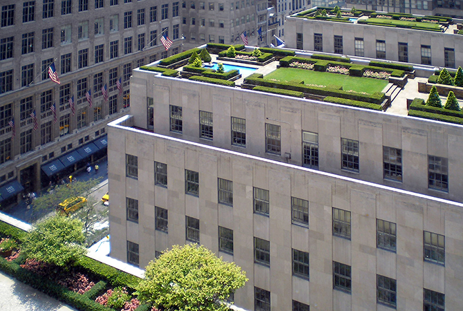 View of the rooftop gardens at Rockefeller Center from the International Building across to the British Empire Building and La Maison Française along Fifth Avenue (photo: David Shankbone, CC BY-SA 2.5)