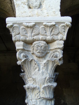 Cloister Capital with acanthus leaves, Saint Trophime, Arles (Photo: SiefkinDR)