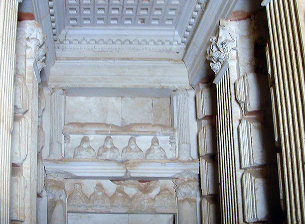 Interior of tower tomb, Palmyra, Syria (photo: Odilia, CC: BY-SA 3.0) https://commons.wikimedia.org/wiki/File:Palmyra_SYRIE_428.jpg