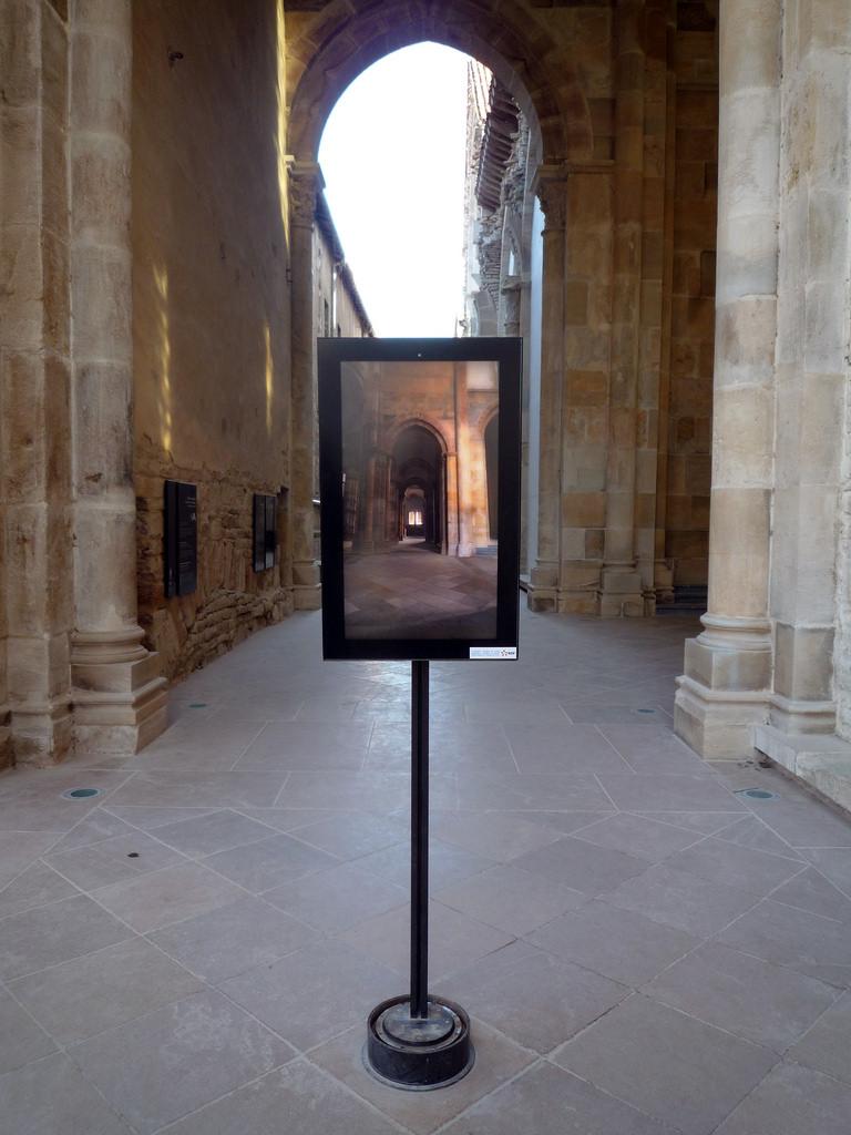 Vridbar skärm med VR-visualisering vid Katedralen i Cluny. Foto: Christine M. Bolli [CC BY-SA 4.0 (http://creativecommons.org/licenses/by-sa/4.0)], via Smarthistory
