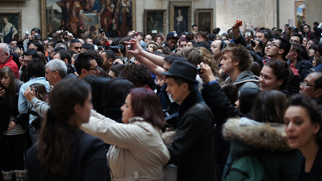 People taking photos of the Mona Lisa, photo: Heather Anne Campbell (CC BY-NC-ND 2.0)
