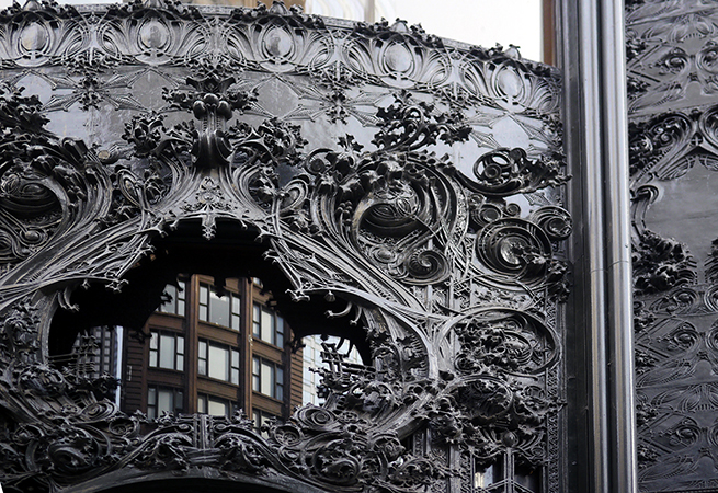 Detail of corner entrance, Louis Sullivan, Carson, Pirie, Scott Building, 1899 and 1903-04, Chicago (photo: Dauvit Alexander, CC: BY-NC-SA 2.0)