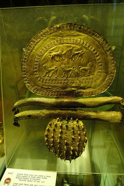 Fibula from Regolini Galassi tomb in Cerveteri, gold, mid-seventh century B.C.E. (Vatican Museums) (Photo: Brasileiro)