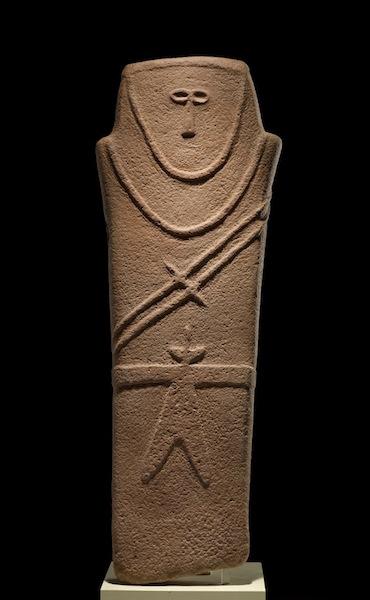 Anthropomorphic stele, El-Maakir-Qaryat al-kaafa near Ha'il, Saudi Arabia, 4th millennium B.C.E. (4000-3000 B.C.E.), sandstone, 92 x 21 cm (National Museum, Riyadh) (Image: artnews.com)