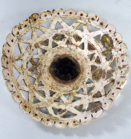 Earflare Frontal, c. 10th–13th century, Huastec (Veracruz), S=shell, clay (?), pigment, 2.5 cm (Metropolitan Museum of Art)