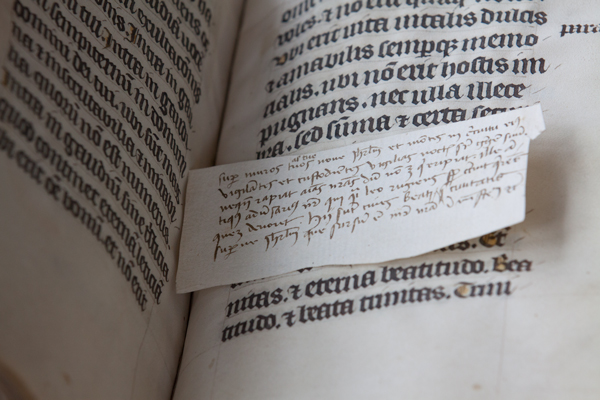 Inserted slip with notes, Leiden, University Library, BPL MS 139 (photo: Giulio Menna)