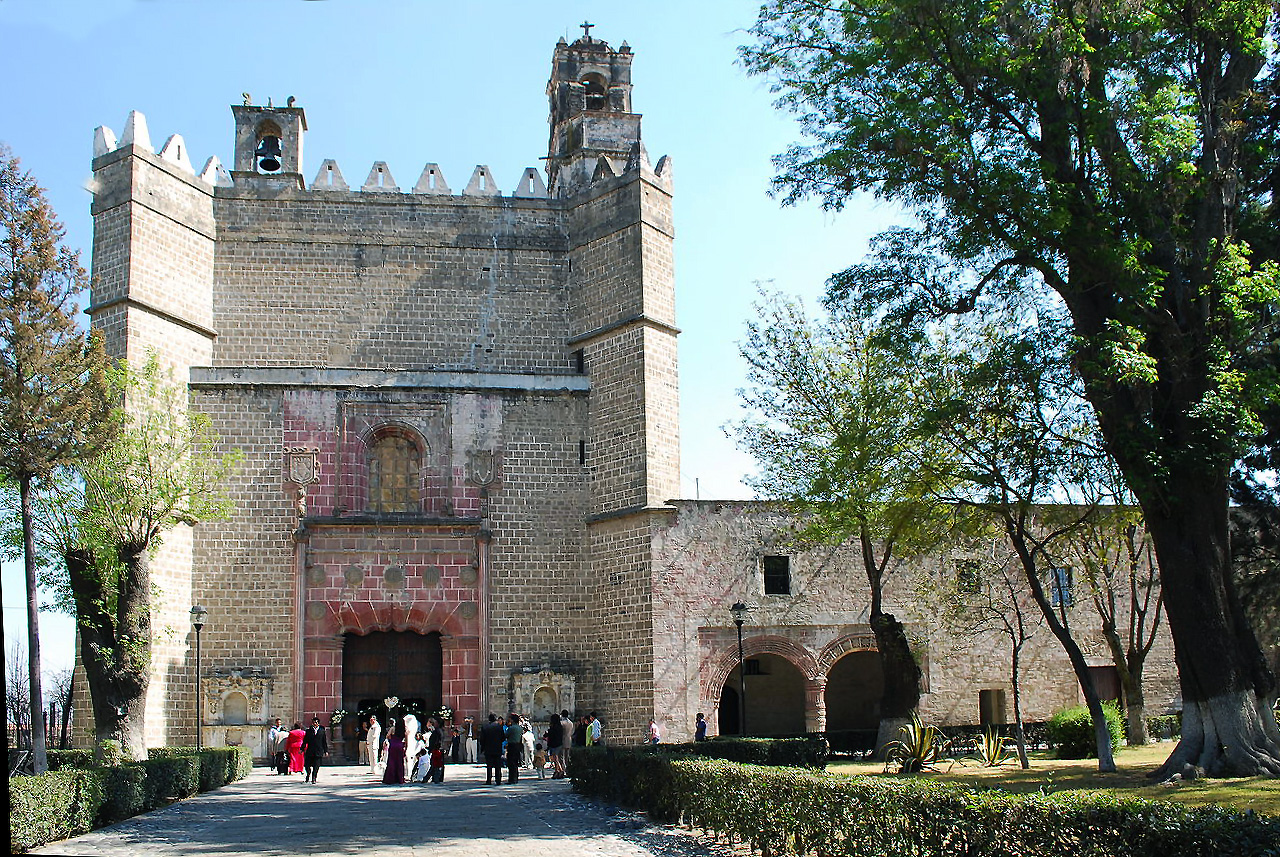 Façade of church and cloister of San Miguel Arcangel in Huejotzingo, c. 1520s - 1530s, Puebla, Mexico (photo: Alejandro Linares Garcia, CC BY-SA 4.0)