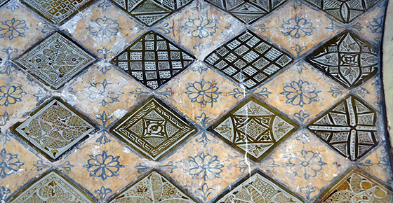 View of lustre tiles that surround the mihrab (photo: Richard Mortel, CC BY-NC-SA 2.0)