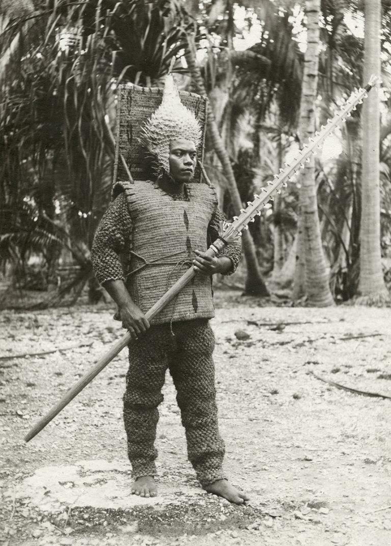 azért ez a fickó is elég veszettül néz ki (kiribati páncél kókuszrostból, és cápafogas fegyver