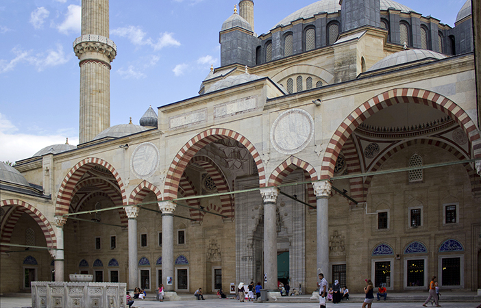 Porticoed courtyard, Sinan, Mosque of Selim II, Edirne, Turkey, 1568–75 (photo: İhsan Deniz Kılıçoğlu, CC BY-SA 3.0) https://commons.wikimedia.org/wiki/File:Selimiye_Mosque.JPG