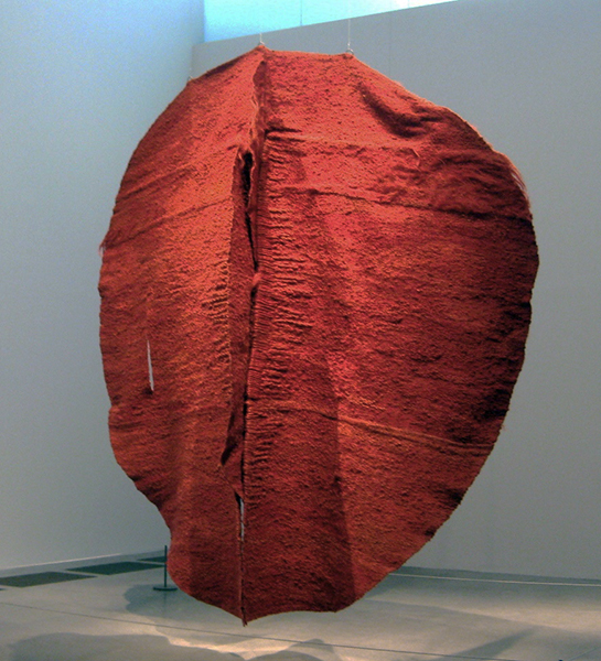 Magdalena Abakanowicz, Abakan Red, 1969, sisal and metal, 405 x 382 x 400 cm, Tate (photo: Rachel, CC BY-NC-SA 2.0)